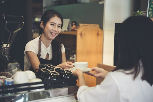 Ásia mulher barista Foto gratuita
