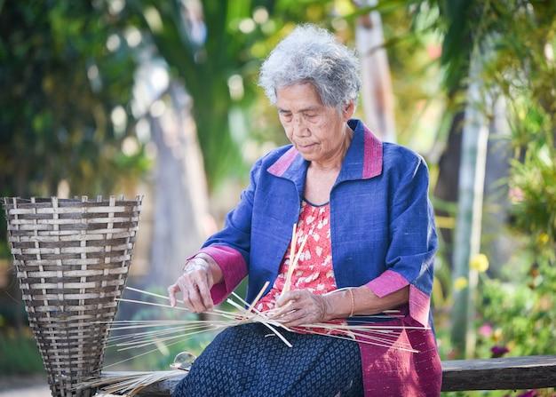 Ásia vida velha mulher trabalhando em casa Foto Premium