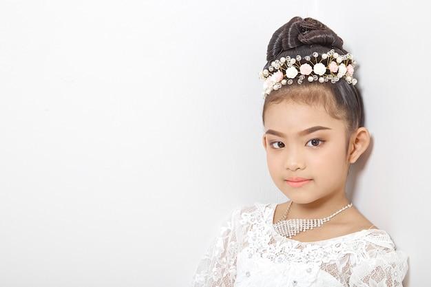 Asiática linda garota jovem usando uma coroa Foto Premium