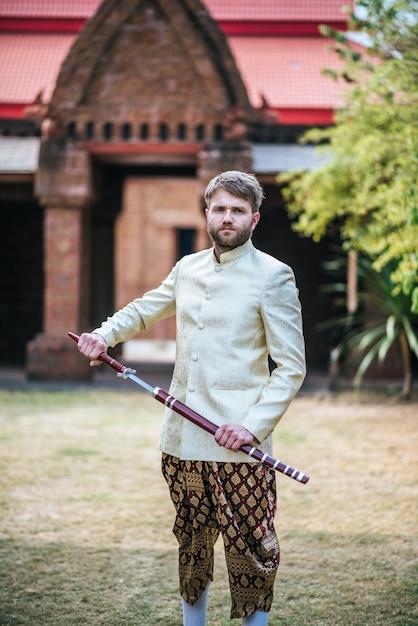 Asiática noiva e caucasiano noivo tem tempo romântico com vestido de tailândia Foto gratuita
