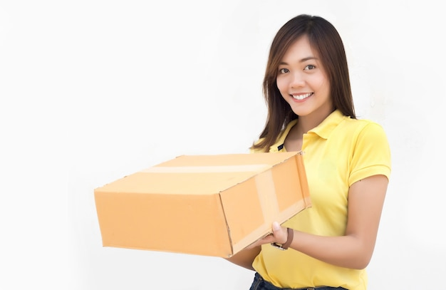 Asiático feliz enviando caixa de papel de pacote de entrega em fundo branco isolado Foto Premium