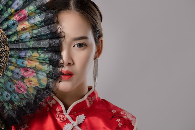 Asiático no vestido tradicional chinês Foto Premium