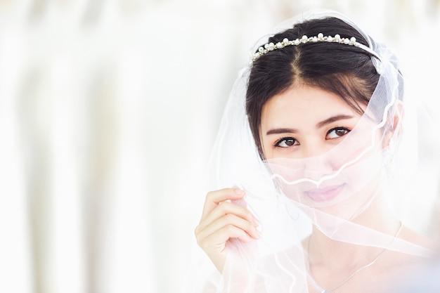 Asiático, retrato, de, cute, senhora, sorrindo, feliz, desgastar, vestido casamento Foto Premium