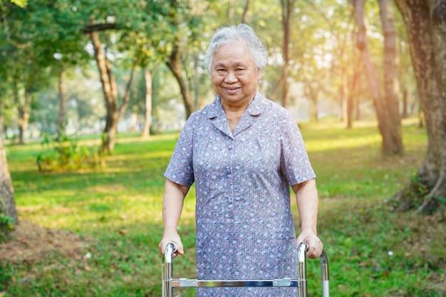 Asiático, senhora, mulher, paciente, passeio, com, caminhante, em, parque Foto Premium