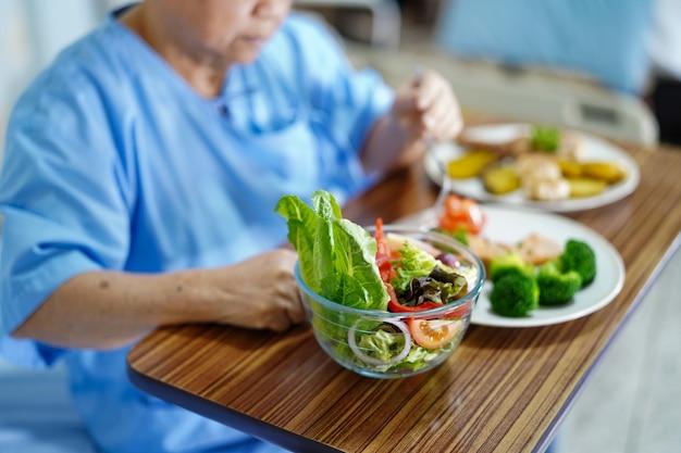 Asiático, sênior, ou, idoso, senhora velha, mulher, paciente, comer, café manhã, alimento saudável Foto Premium