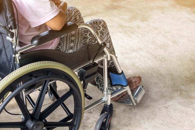 Asiático, sênior, ou, idoso, senhora velha, mulher, paciente, ligado, cadeira rodas Foto Premium
