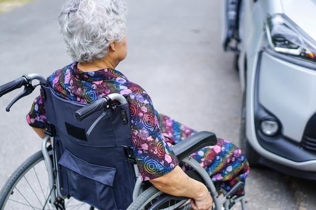 Asiático, sênior, ou, idoso, senhora velha, mulher, paciente, sentando, ligado, cadeira rodas Foto Premium