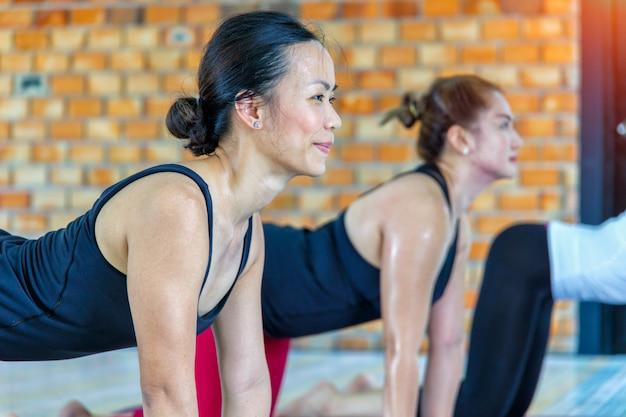 Asiáticos, grupo feminino, fazendo, namaste, ioga posa Foto Premium