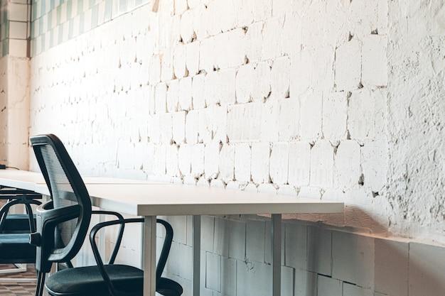 Áspero velho muro branco com rachaduras para um fundo Foto Premium