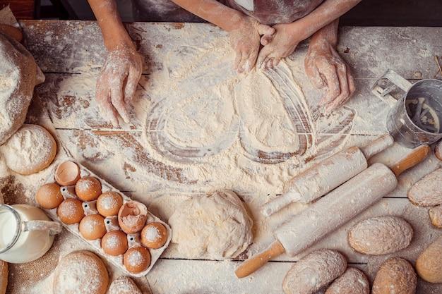 Assar em formato de coração feito de farinha e ingredientes alimentícios Foto Premium