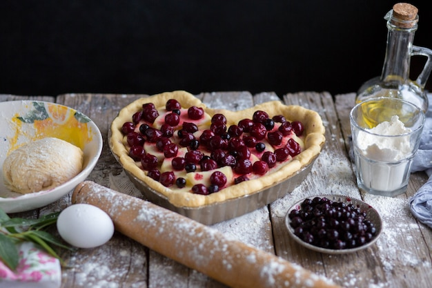 Asse um bolo de frutas em forma de coração. delicioso bolo caseiro faça você mesmo. 8 de março. cartão de felicitações para 8 de março. Foto Premium