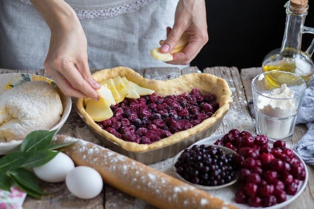 Asse um bolo de frutas em forma de coração. delicioso bolo caseiro faça você mesmo. cozinhando. Foto Premium