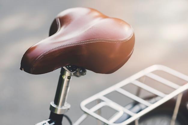 Assento de couro marrom de uma bicicleta Foto gratuita