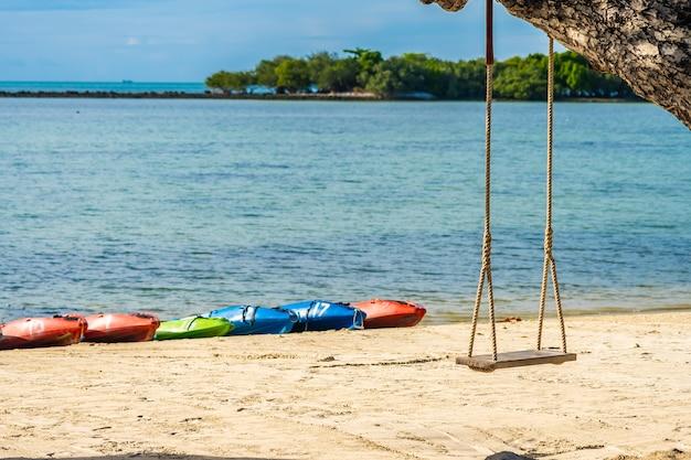 Assento vazio do balanço em torno do mar da praia Foto gratuita