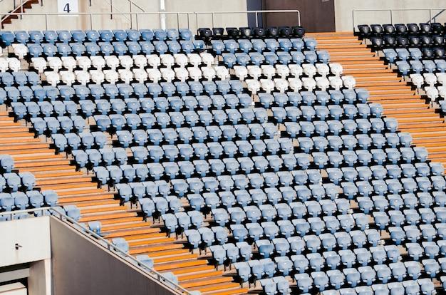 Assentos de um estádio de futebol em um dia ensolarado. campeão do mundo Foto Premium
