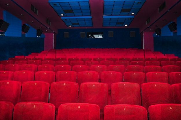 Assentos de veludo na sala de cinema Foto gratuita
