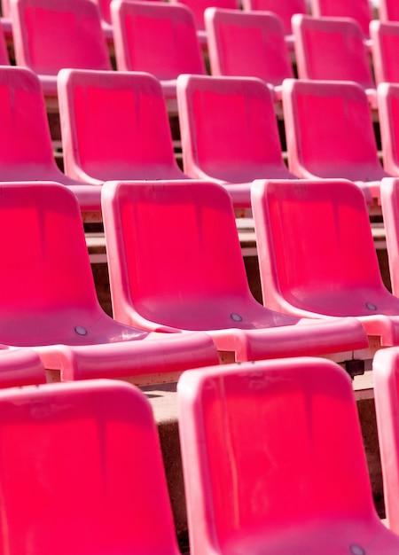 Assentos do estádio, cor vermelha. tribuna de futebol, futebol ou estádio de beisebol sem fãs Foto Premium