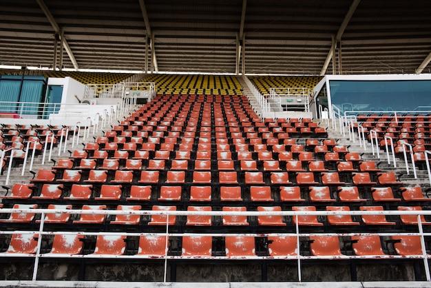 Assentos plásticos vazios e velhos vermelhos no estádio. Foto gratuita