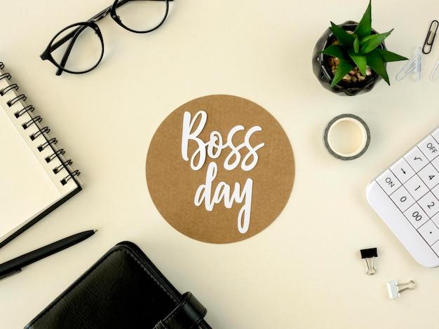 Assine com o dia do chefe na mesa Foto gratuita