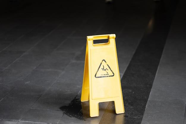 Assine mostrar o aviso do assoalho molhado do cuidado no aeroporto. Foto Premium