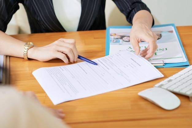 Assistente social explicando documentos Foto gratuita