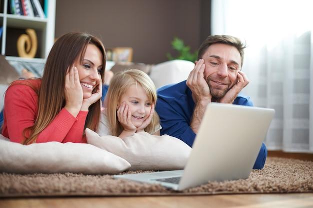 Assistir a filmes no laptop pode ser confortável Foto gratuita