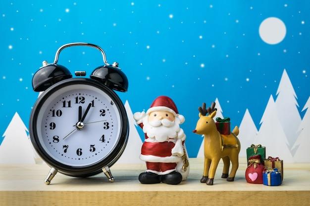 Assistir e crianças brinquedos para decoração de natal. Foto Premium
