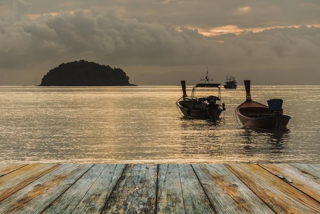 Assoalho de madeira no barco de pesca no mar Foto Premium