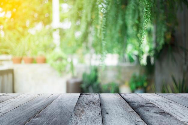 Assoalho de madeira vazio com fundo de lanscape borrado Foto Premium