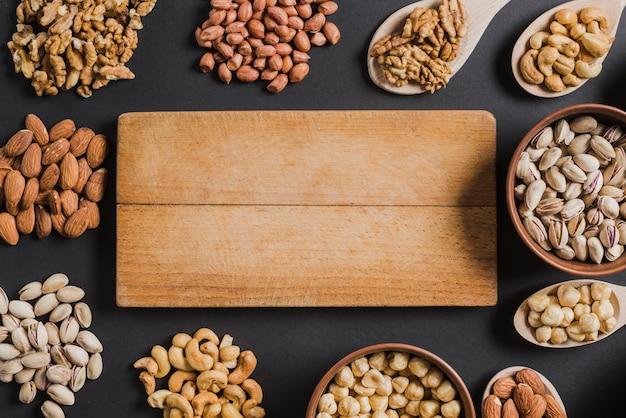 Assorted nuts around board Foto gratuita