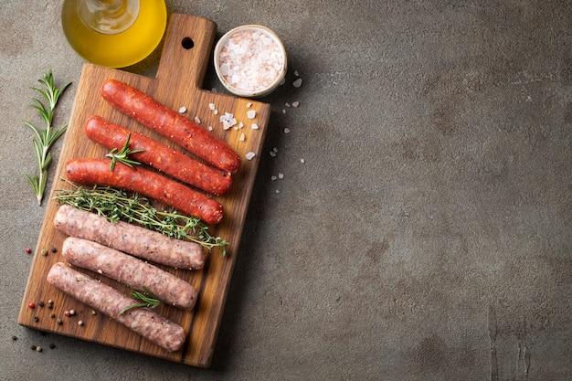 Assorted salsichas frescas com tomilho, alecrim. Foto Premium