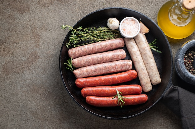 Assorted salsichas frescas crus. Foto Premium