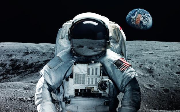 Astronauta na lua. papel de parede espaço abstrato. universo cheio de estrelas, nebulosas, galáxias e planetas. Foto Premium