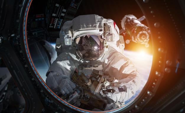 Astronauta trabalhando em uma renderização 3d da estação espacial Foto Premium