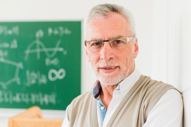 Atencioso professor de matemática envelhecido em copos Foto gratuita
