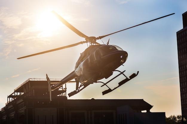 Aterragem de helicóptero no cais Foto Premium