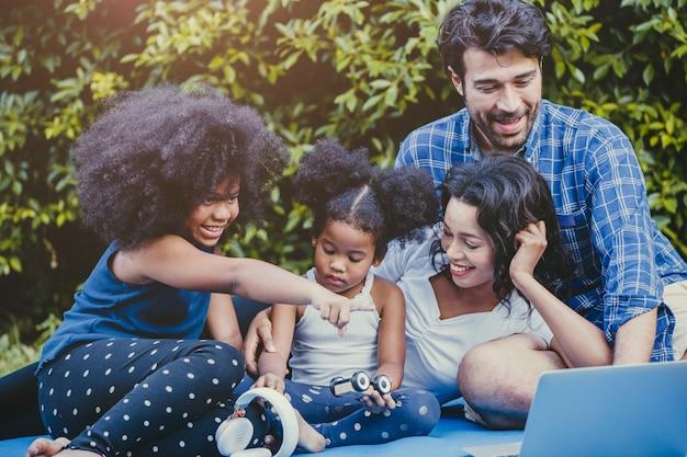 Atividade familiar ao ar livre em casa quintal feliz desfrutar momento engraçado durante ficar em casa Foto Premium