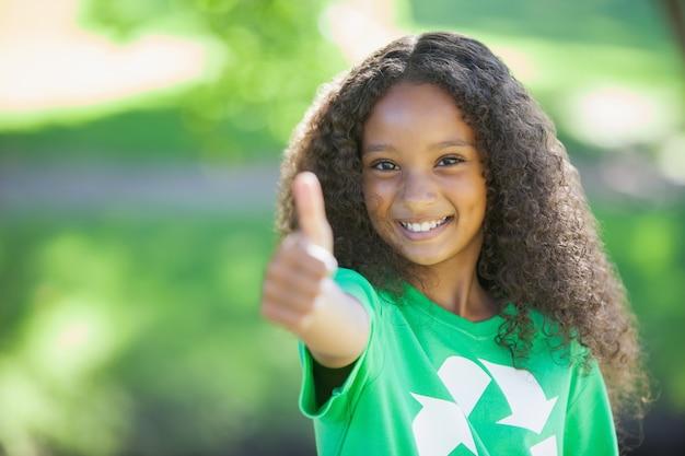 Ativista ambiental jovem sorrindo para a câmera mostrando os polegares para cima Foto Premium
