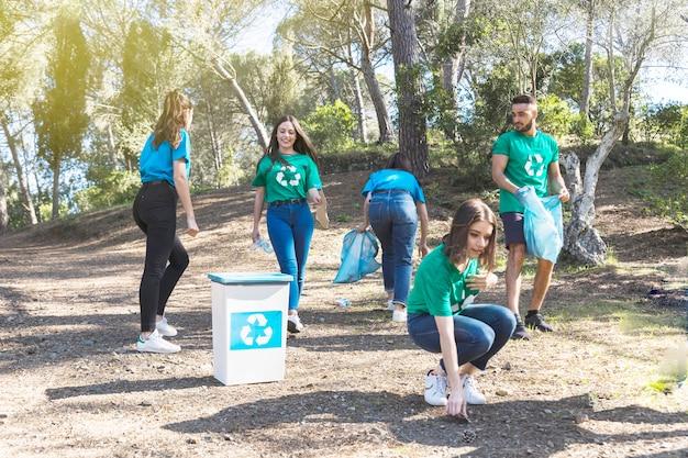 Ativistas pegando lixo no bosque Foto gratuita