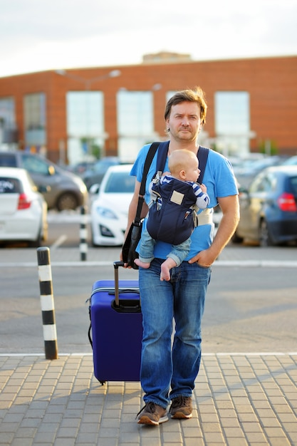 Ativo pai de meia-idade com seu pequeno filho ao ar livre Foto Premium