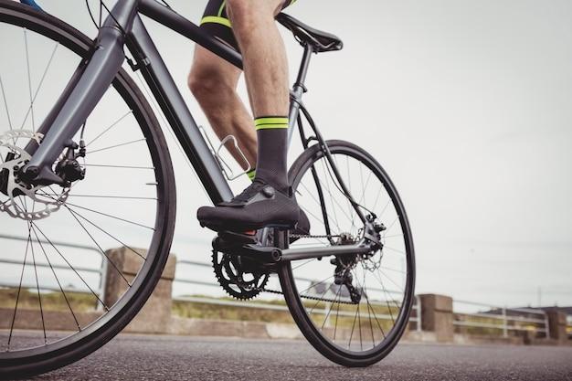 Atleta andando de bicicleta Foto gratuita