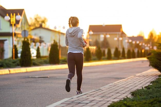 Atleta corredor correndo na estrada. mulher fitness jogging treino conceito de bem-estar. Foto gratuita