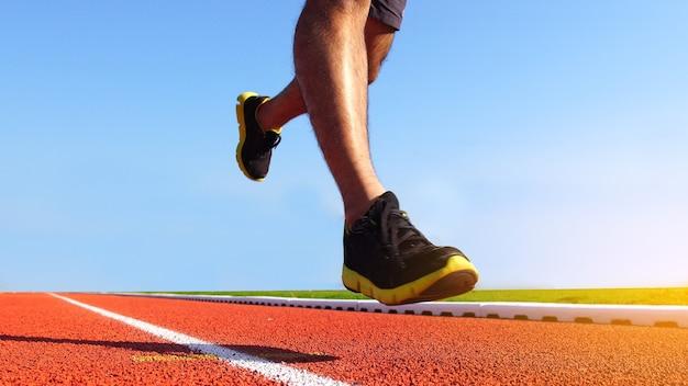 Atleta correndo na pista de atletismo Foto Premium