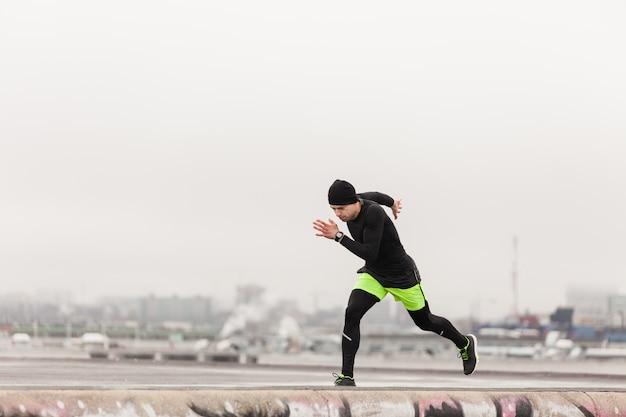Atleta, correndo, telhado Foto gratuita