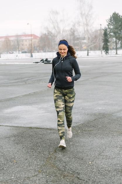 Atleta de fitness feminino correndo na rua Foto gratuita