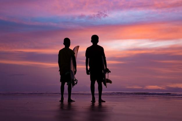 Atleta de surf silhueta durante o tempo do sol em phuket tailândia Foto Premium