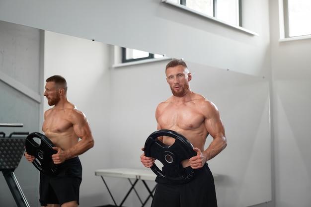 Atleta esportivo homem ginásio Foto Premium
