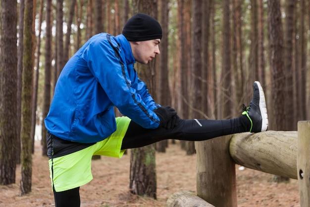 Atleta, esticar, madeiras Foto gratuita