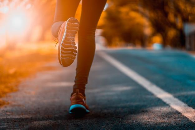 Atleta executando os pés do esporte na aptidão de estilo de vida saudável de trilha Foto Premium