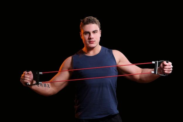 Atleta masculino com estiramento Foto gratuita